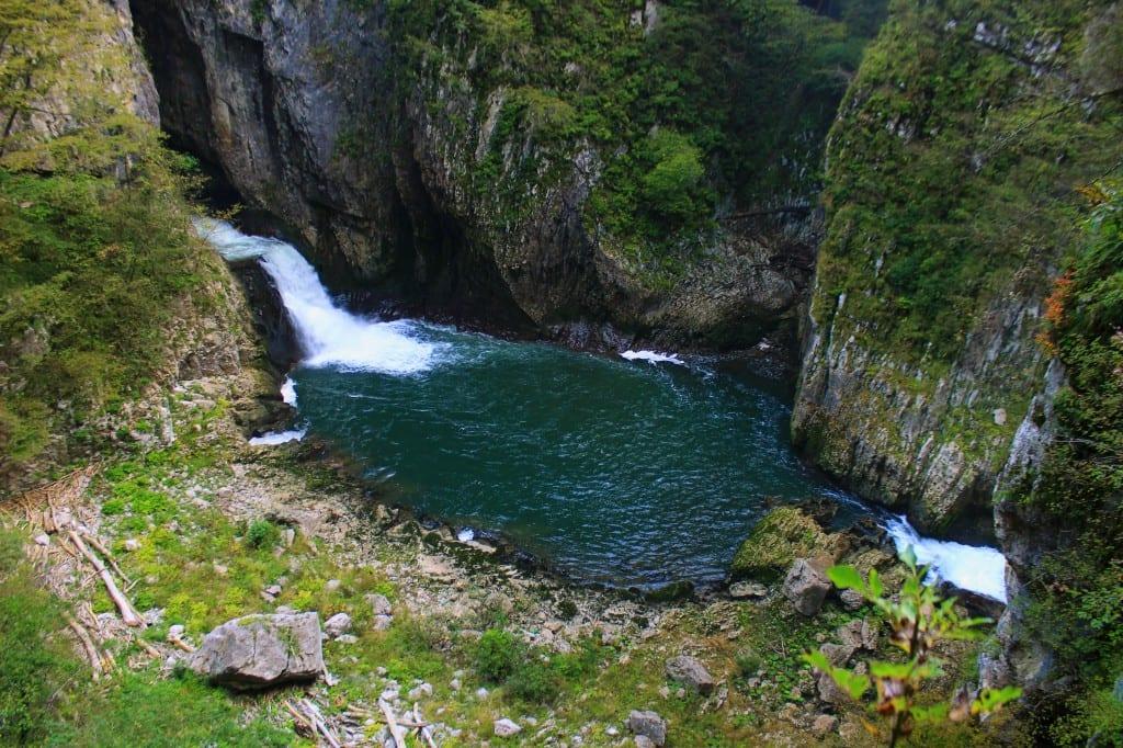 Her renner Reka-elven vekk fra overflaten og inn i grotten på høyresiden av bildet.