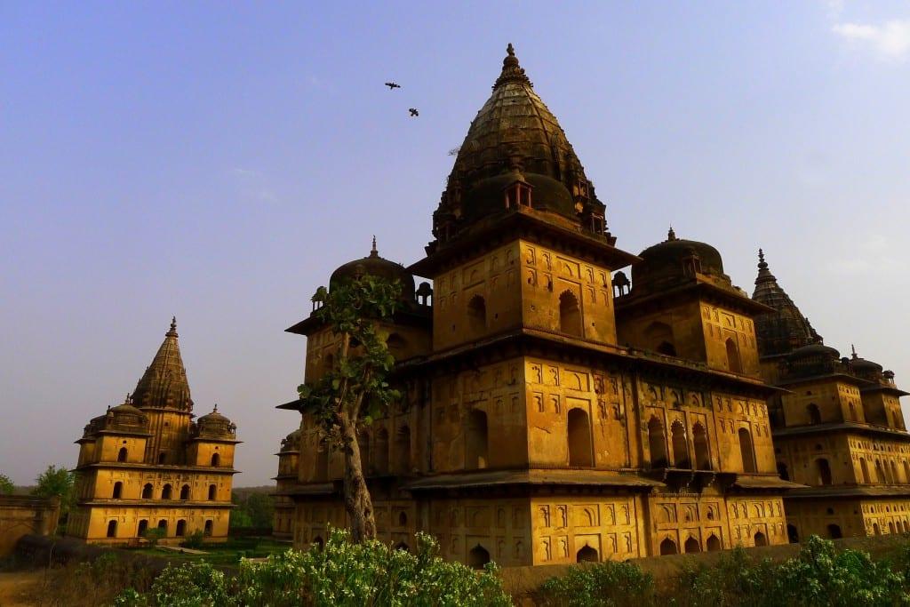 Noen av de mange templene og gravmonumentene i Orchha, India
